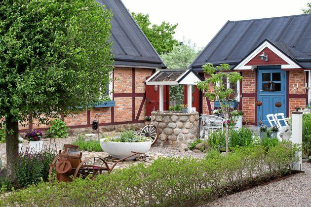 'Gårdsromantik' känns som ett passande ord för att beskriva den prydliga gårdsplanen mellan huset, dess flygelbyggnad och uppfarten som täckts med gårdsgrus.