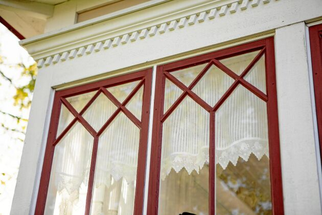 Fönsterfodren renoverades och kunde behållas.