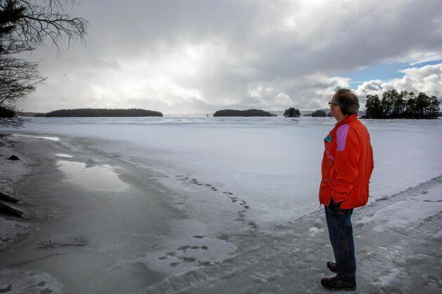 Isen hade verkat stark. Jan Klasson och hans kamrat hade testat med ispik på flera ställen. I efterhand misstänker han att det hade varit strömt nära land av någon anledning. (Bilden är tagen förra vintern.)