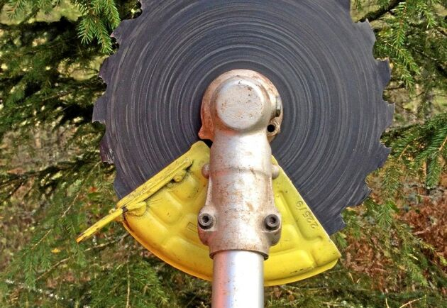 Spiken styr undan vedtrissor som skulle kunna slungas från klingan mot föraren.