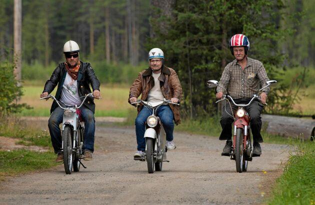 Reine, Jan och Leif kör gärna på en de små grusvägarna runt Boden, som perfekta för mopedturer.