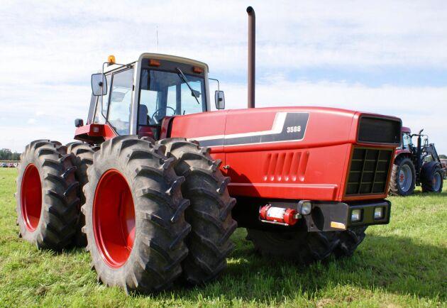Det som mest skiljer en 3588 från en konventionell traktor är den långa motorhuven. Motorn ligger framför framaxeln.