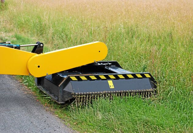 Kantslåtter och lastning är vanliga arbetsuppgifter för traktorn.