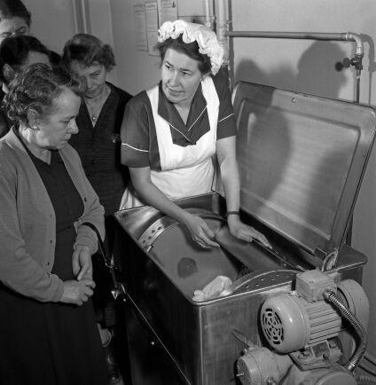 Kvinnorna i husets tvättstuga blir instruerade av en tvättexpert 1956.