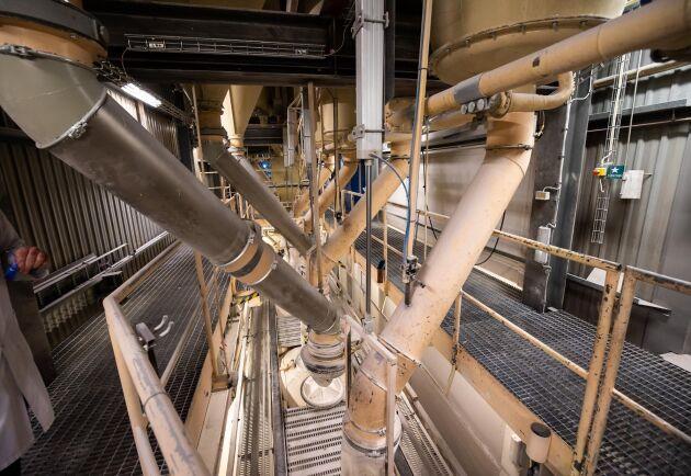Bulk. Här lastas mjöl direkt på bulklastbilar. Bland annat går 160-200 ton mjölk varje dag till Pågens bageri i Malmö.