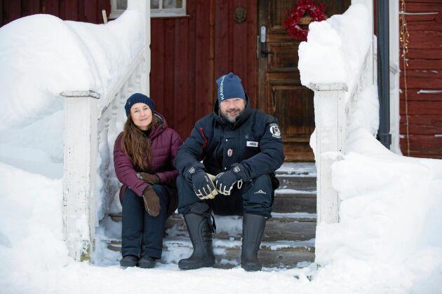 Rebecka med pojkvännen Svante som kommer från Stockholm och trivs att bo mitt i skog och natur.