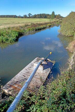 Med början 2016 började Tore och Per Larsson att sätta gårdens bevattningsanläggning i skick. De skaffade ny pump och lät gräva ned ett stamnät. Vattnet kommer via ett grävt dike från Tidan.