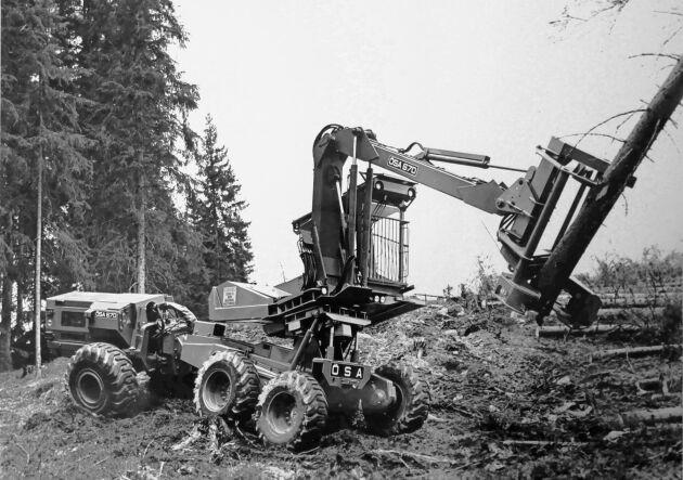 En ÖSA 670 fällare/läggare från 1976. Maskinen hade pendelarmar på boggin och kunde horisontera förarhytten vid lutningar upp till 30 procent. Maskinen hade en Scania D8-motor och en totalvikt på närmare 22 ton.