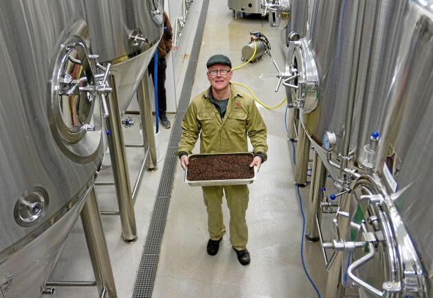 Bryggaren Juha Välitalo utvecklar ständigt nya ölsorter. Malten kommer från gårdens korn, humlen köps in utifrån.