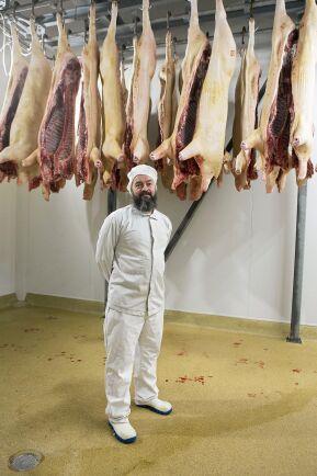 Carl-Johan Waller är verksamhetsledare i slakteriet och har hand om kontakten med myndigheter och lantbrukare för att få ett bra flöde genom slakteriet. Han har egen gård med lammuppfödning och en liten äppelodling.