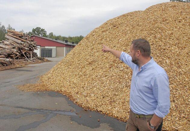 Ola Petersson startade sitt företag med att producera flis till kycklingstallet hemma på gården i Blekinge.