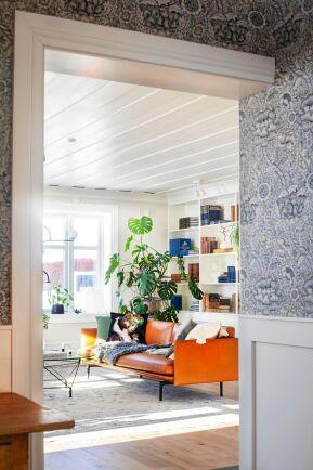 Från hallen kommer man in till vardagsrummet. Jessica har valt en blå klassisk William Morris-tapet.