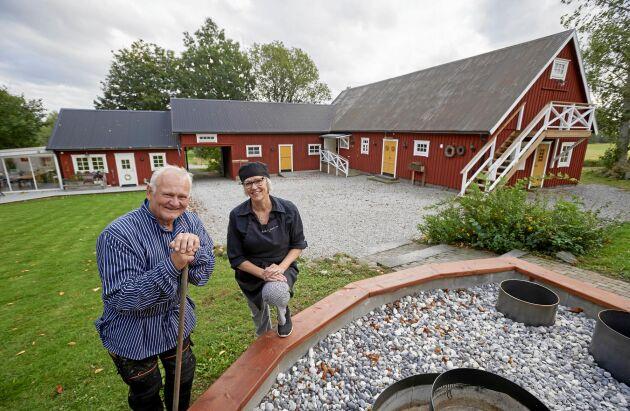 Maken Tomas är snickare och har fixat mycket i Susannes hemmarestaurang på Klockaregården. Bland annat byggt ut restaurangdelen med ett inglasat uterum,