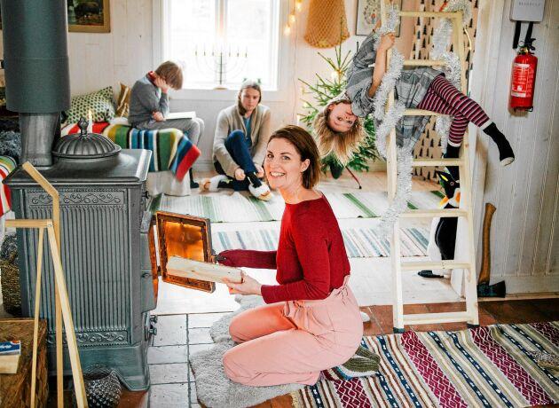 Gammeldags julmys med värmande kamin och plats för lek och avkoppling.