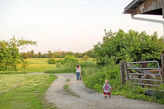 Till slut blev det för mycket. Makarna håller om varandra efter att korna lämna gården. Foto: Sabrina Hounshell