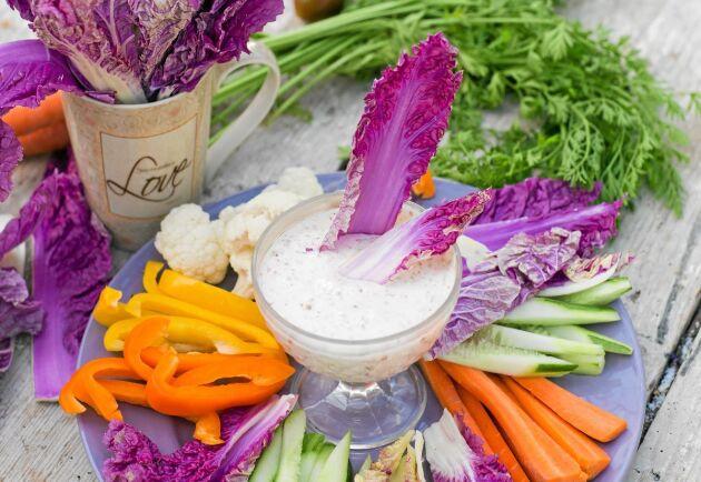 Hemodlade grönsaker i vackra färger är perfekta att dippa. Här syns den violetta salladskålen 'Scarvita' från Nelson Garden