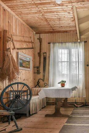 1800-talskänsla med spinnrock och gamla redskap.