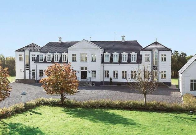 """Huvudbyggnaden, """"Lille Amalienborg"""" på 700 kvadratmeter byggdes som privatbostad till familjen Mortensen 2004 utanför Grinstedt på Jylland."""