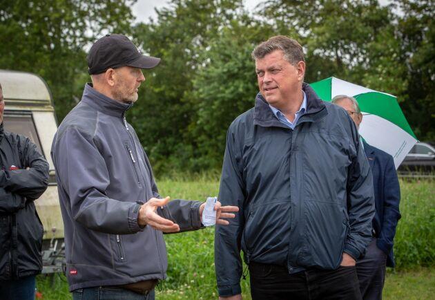 Livsmedelsministern Mogens Jensen vill öka den ekonomiska stabiliteten i danska lantbruksföretag. Här är han på besök hos AU Foulums gräsraffinaderi.