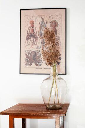 Tavlan är en affisch som Jessica har ramat in och bordet fanns i ladan. Vasen är ett loppisfynd med torkat strandgräs i.