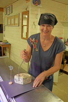 Prisbelönta ostar tillverkas av Matilda Johansson på gården Lida.