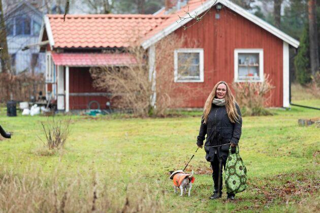 Hunden Myran och Christin vistas mycket i skog och mark, båda ekiperade i återbruk. Myrans reflexväst är till exempel en omsydd gratisväst för människor.