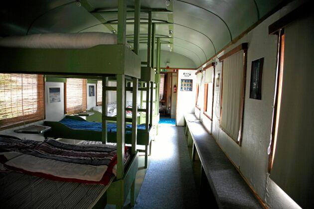 Tågvagnen har våningssängar med plats för en hel familj och fler därtill.