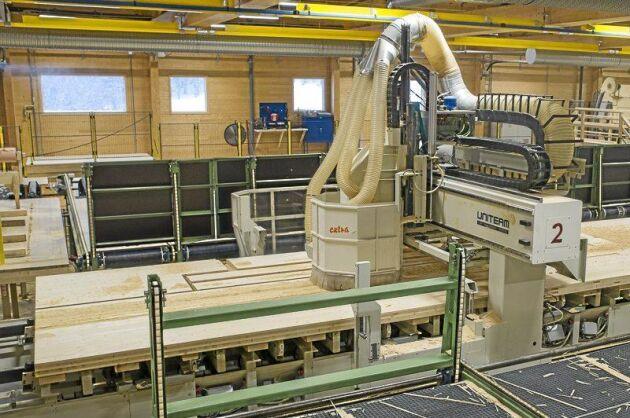 När de korslimmade träskivorna, KL-trä, är limmade och klara går de in i en datorstyrd jättesnickerimaskin som fräser, sågar och borrar upp färdiga byggelement enligt köparens ritningar.