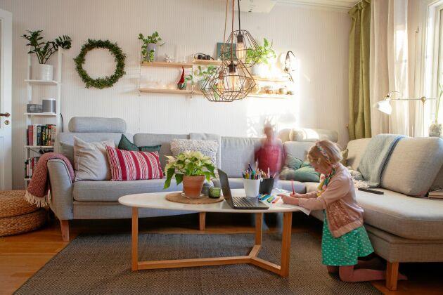 Mjuka naturfärger i vardagsrummet, där Siri och Olle ritar.