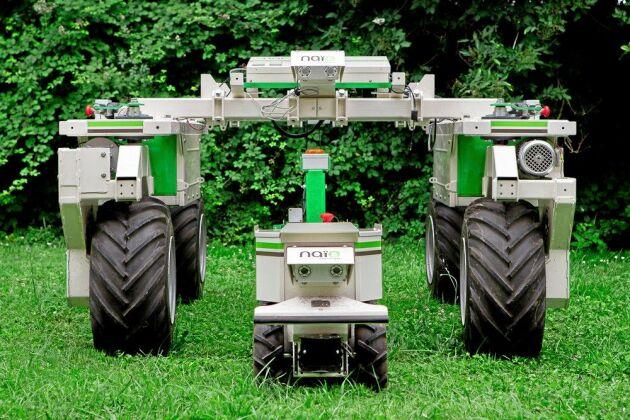 Den batteridrivna ogräsroboten OZ 440 från Naio har efter flera års testkörning lanserats i Europa. I Sverige säljs roboten av RJ Maskiner, som framåt sommaren även tar in en större modell, DINO.