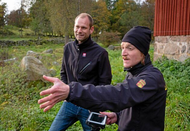 """""""Den uppfattning jag har är att lantbrukare vill göra rätt för sig"""", säger Kristofer Andersson här tillsammans med Erik Svantesson vars mark han kontrollmätte."""