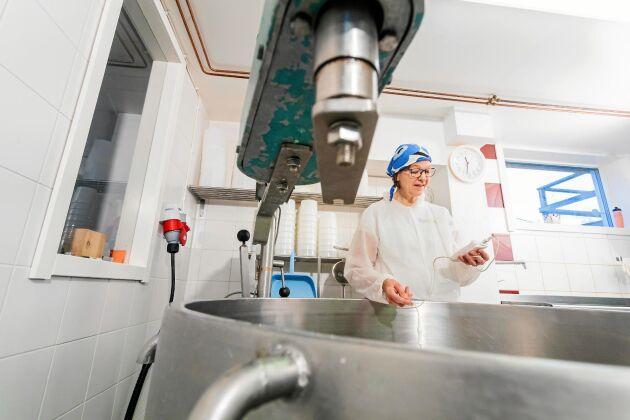 Jaana Alamäki Engström tillverkar delikata ostar i mejeriet.