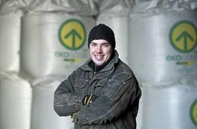 Stora ambitioner. Emil Olsson har själv byggt upp ett företag med omsättning på 25 miljoner kronor, varav gödselverksamheten är på 10 miljoner kronor. Hans mål är att fortsätta öka omsättningen stort varje år. Foto: Mikael Ljungström