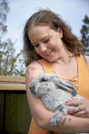 Maria med en av de kaninerna. Att klappa och umgås med djur har en läkande effekt vet både hon och Ola.