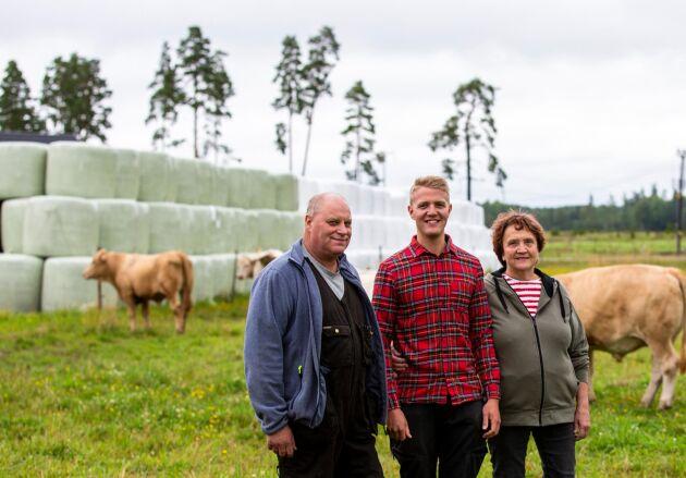Genom att anlägga en plansilo för ensilering räknar Thomas Danielsson, Börje Danielsson och Katarina Larsson på Lämås gård med att minska gårdens plastanvändning med 10 ton per år. En besparing som inte bara gynnar klimatet utan även plånboken på sikt.