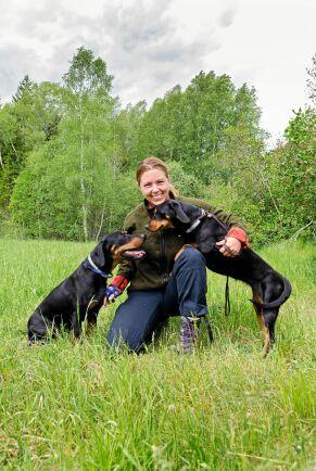 Hundar och jakt, det är meningen med livet, tycker Emma Olsson som brinner för att träna sina hundar Nyx och Theia för vildsvinsjakt.