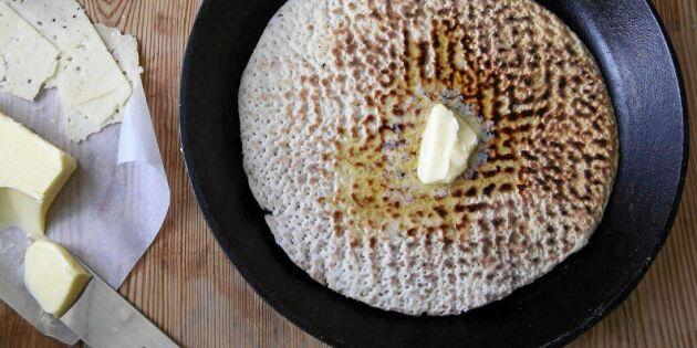 Nygräddat tunnbröd med en klick smör