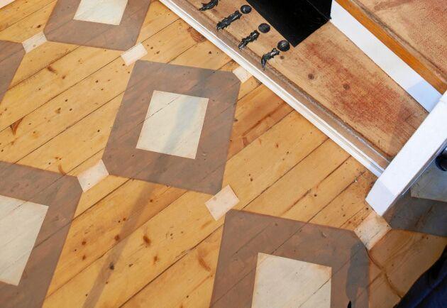 Ett personligt mönstrat trägolv hemma hos Konstnären Susanne Arnfridsson i Sundsbruk