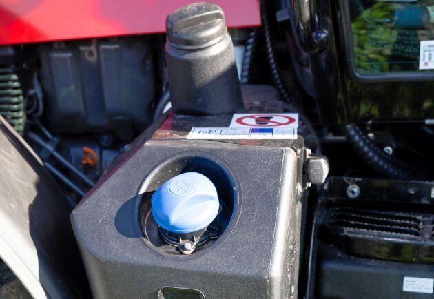 Påfyllning av bränsle och AD-blue är lätta att komma till. Under tankarna sitter traktorns verktygslåda.