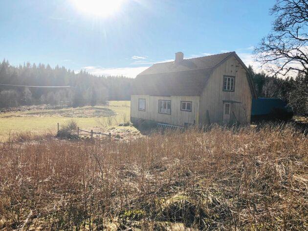 Ett ödehus i Falkenberg som precis har fått nya ägare, en familj från Alingsås. Ingen har bott i huset permanent sedan 1980-talet.