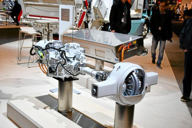 Drivlinan för Volvos elbil. I bakgrunden ett batteri. Beroende på användningsområde kan lastbilen utrustas med ett eller flera batterier.