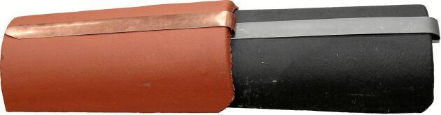 Beslagen i zink eller koppar viks runt nockpannans kant och bankas på plats med en klubba.