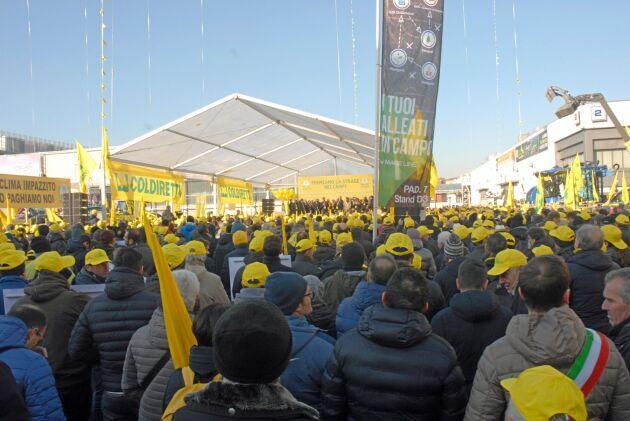 Tiotusen bönder samlades för att protestera.