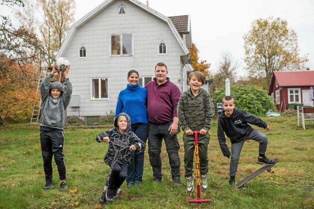 Mamma Jenny och pappa Mattias Svennerbäck med sönerna (från vänster) Milton, Jack, Tim och Oliver framför huset i Alsterbro.