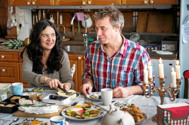 Rosmary och Anders har fyllt frysarna med egenodlade grönsaker som räcker nästan hela året. Bakar bröd och blandar i mycket vinblad bland annat i degen.