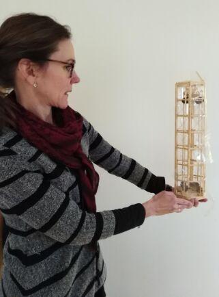 Sara Byström med prototyp för tornväxthus.