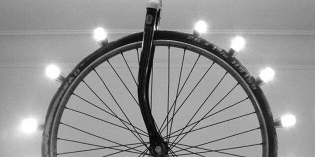 Lysande hjuleljus av ett gammalt cykelhjul