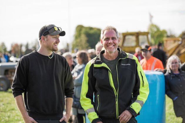 Från höger: Thomas Jacobson, ägaren till Lilla Bosarps gård, som har upplåtit sin mark till dagens event, står med svärsonen Robin Malmqvist.