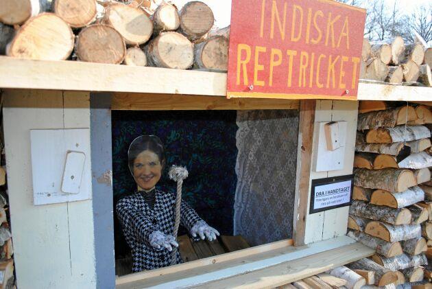 Anna Kinberg Batra utövar hypnos i det indiska reptricket.