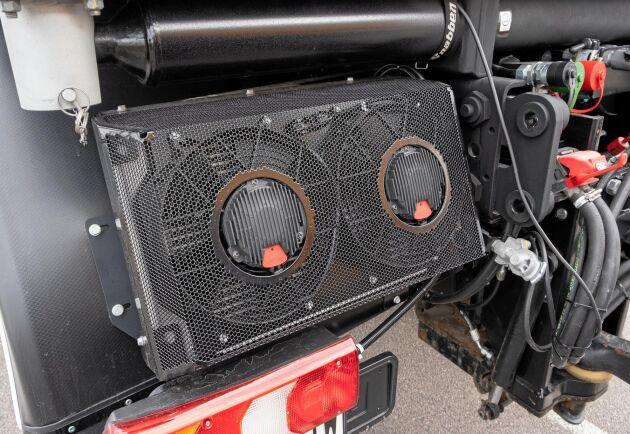 Oljekylaren för traktorns krafthydraulik har en något utsatt placering på traktorns vänstra bakskärm. Det är gott om hydraulanslutningar. Fyra dubbelverkande hydraulventiler plus två separata krafthydraulikpunpar på 125 liter vardera för hydraulisk drivning av påmonterad utrustning.